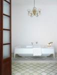 Det stora badkaret för två i anslutning till the master bedroom på mellanvåningen.