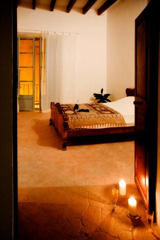 Det mindre av två master bedroom på mellanvåningen