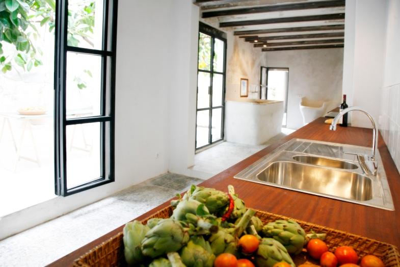 Köket med glasdörrar ut mot pation